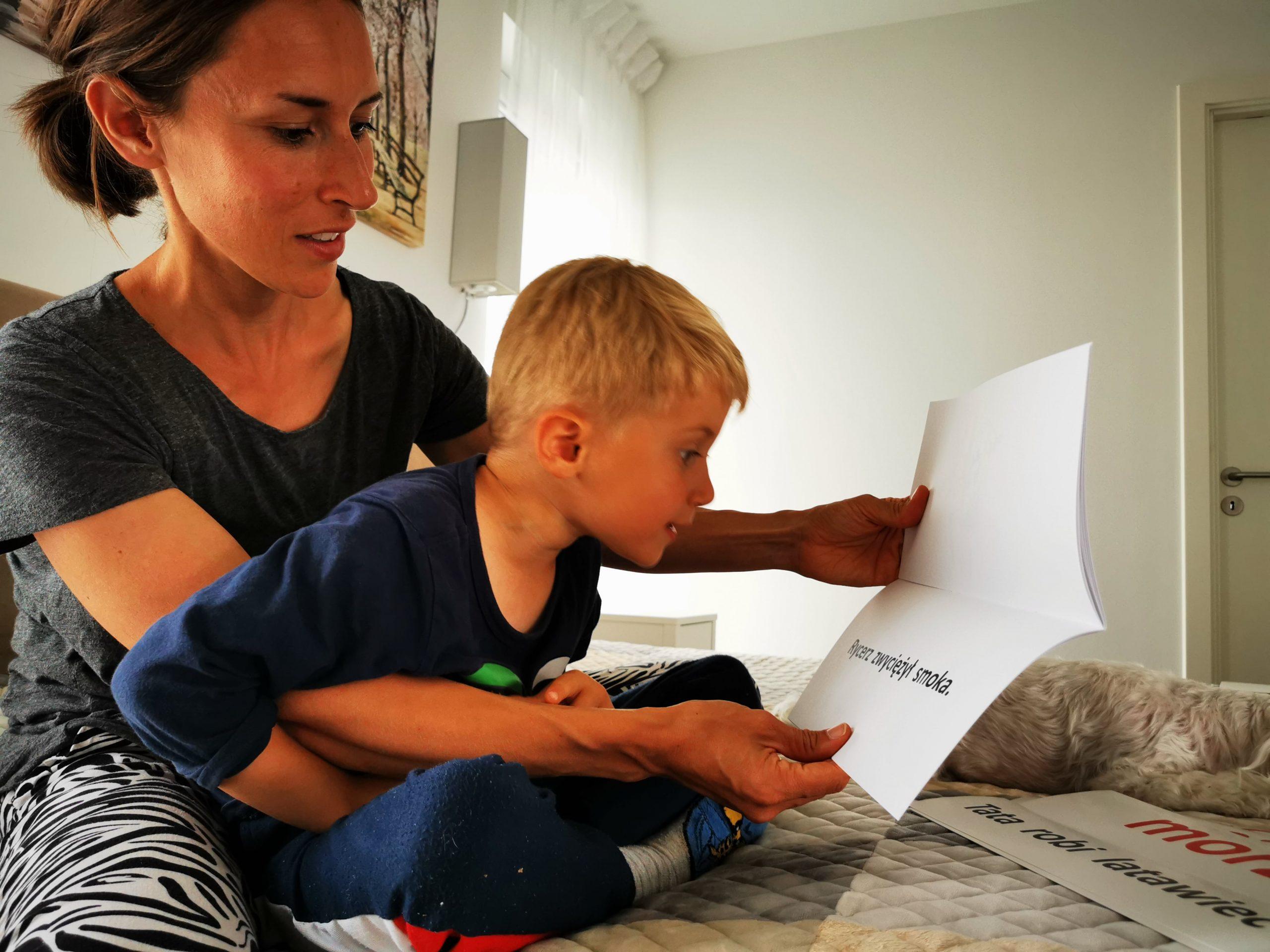 wczesna edukacja dziecko przedszkolak samodzielnie czyta książkę donauki czytania