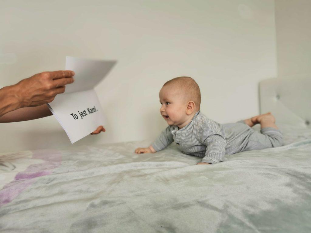 nauka czytania 0-6 lat niemowlę czyta książkę