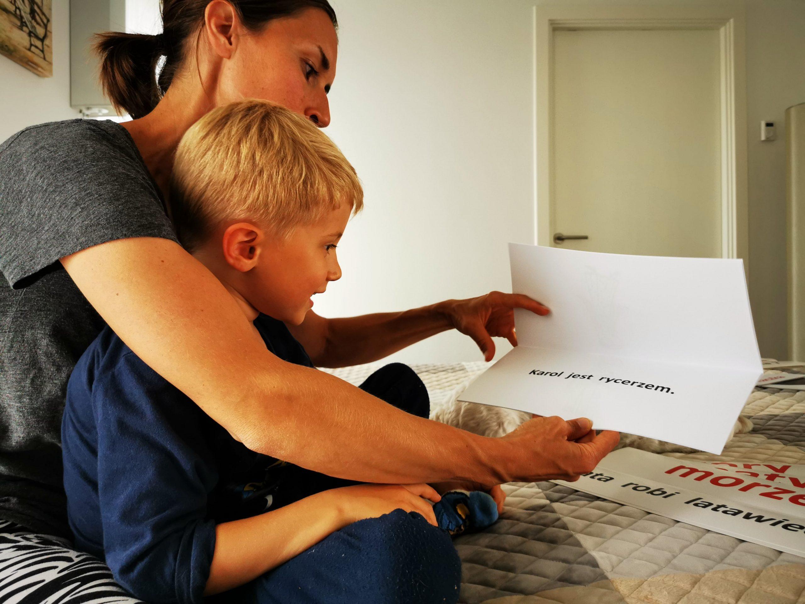 jak nauczyć dziecko czytać chłopiec przedszkolak czyta książkę