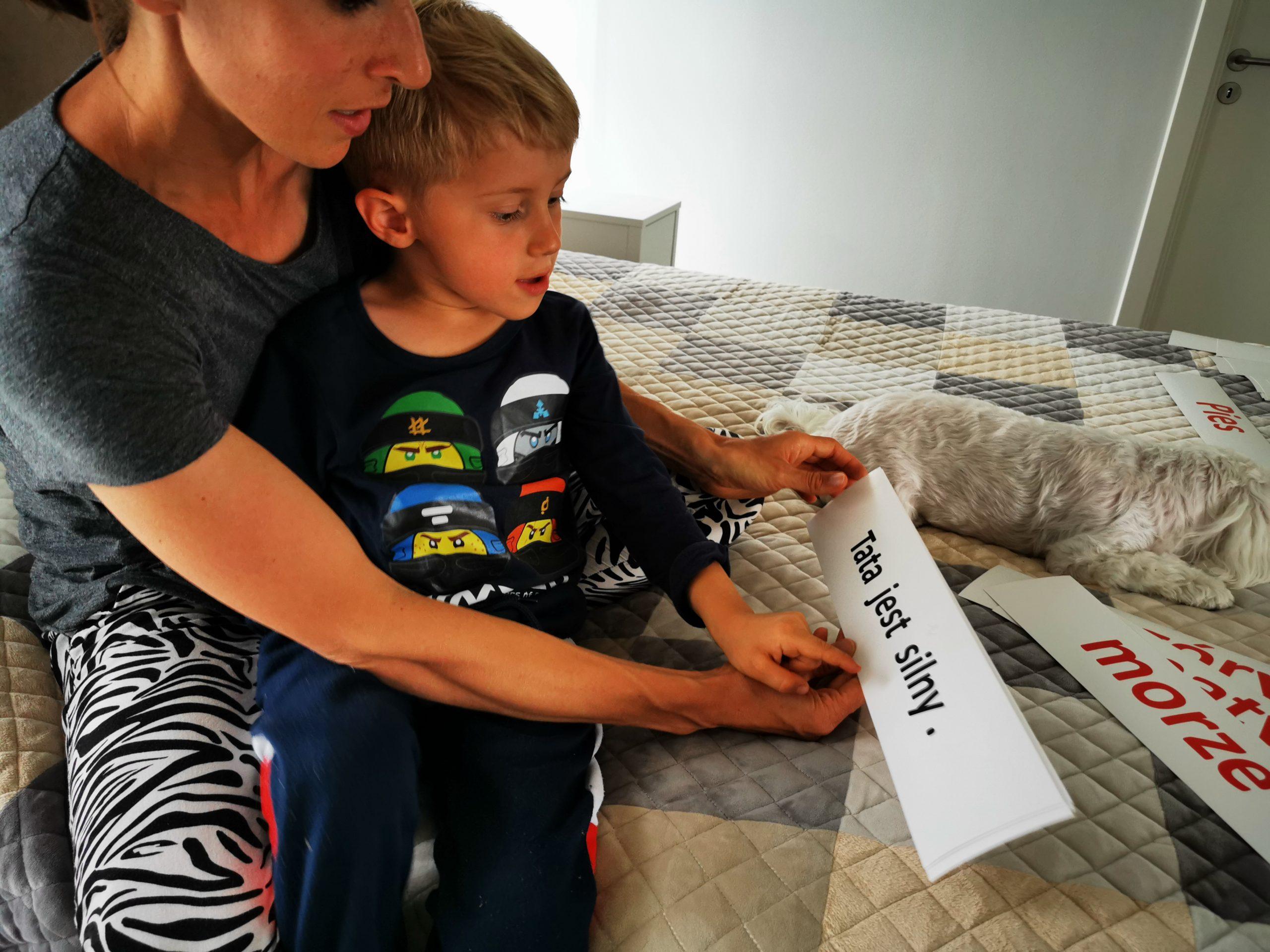 jak nauczyć dziecko czytać karty donauki czytania chłopiec przedszkolak czyta zdanie