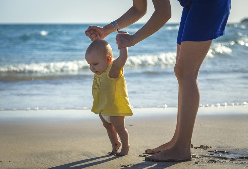 rozwój dziecka 7-12 miesięcy-nauka-chodzenia