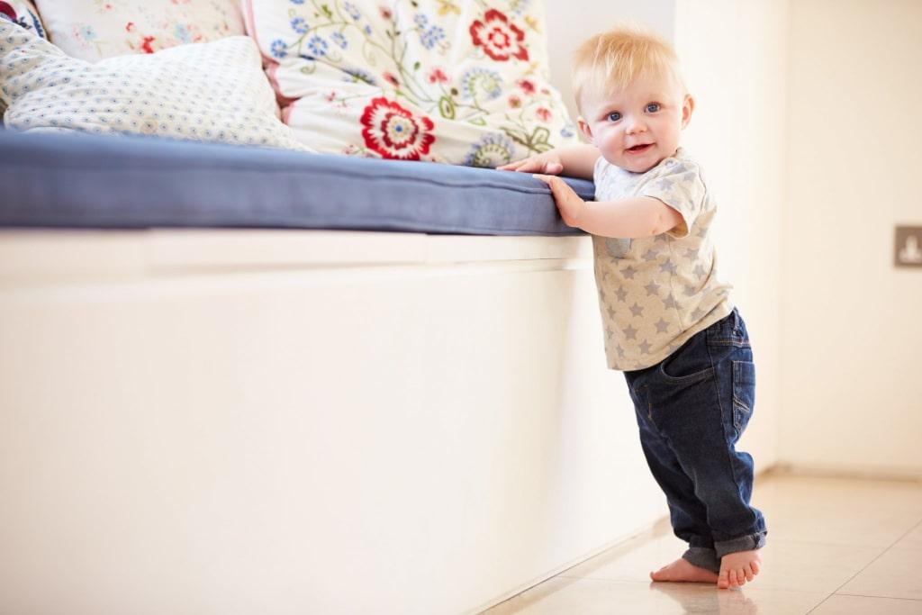 Rozwój dziecka 7-12 miesięcy chodzenie przy meblach 8 miesięcy