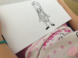 Książki dosamodzielnego czytania inauki czytania dziewczynka ogląda ilustrację